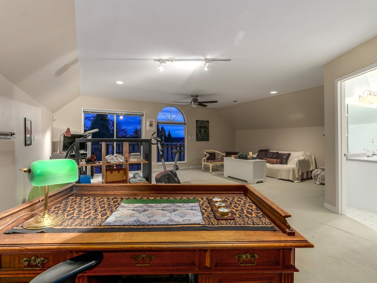 This bright, spacious room allows so many options. Spilling out to large upper d